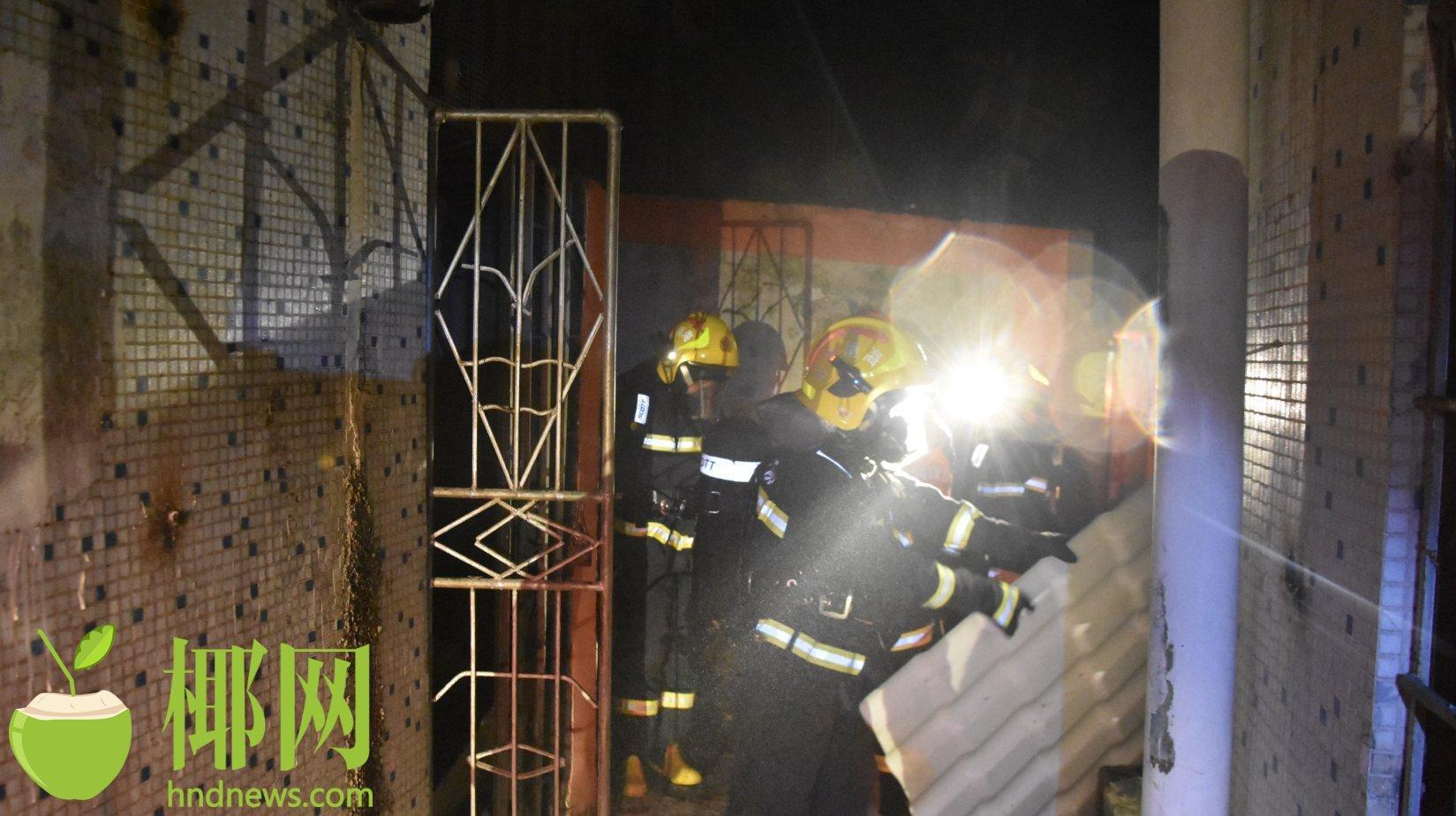琼中一住宅区着火,被困男子持刀将自己反锁屋内,119破门后看到锤、斧…