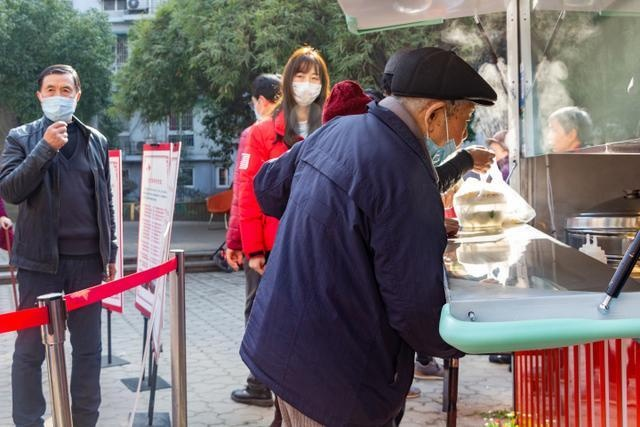 """南星街道推出移动版的""""老年食堂"""",每天把热菜带到小区里卖"""
