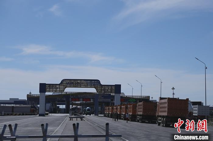 """万辆商品车以""""界桥交接""""模式通过新疆霍尔果斯口岸出境(图)"""