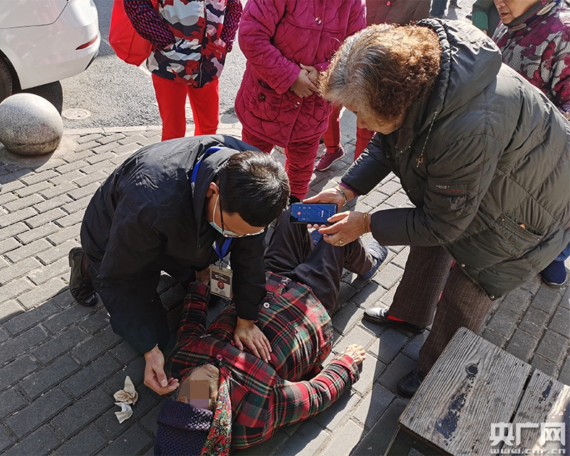 """杭州社区书记""""举手之劳""""救醒102岁昏厥老人"""