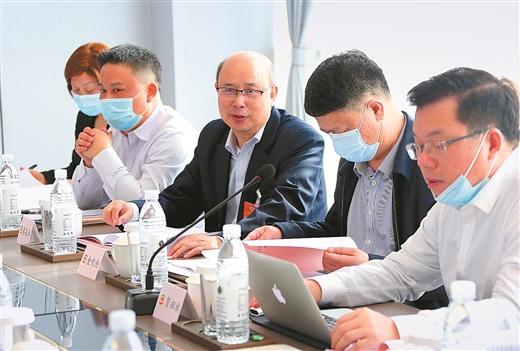 出席广西政协十二届四次会议的委员举行分组讨论
