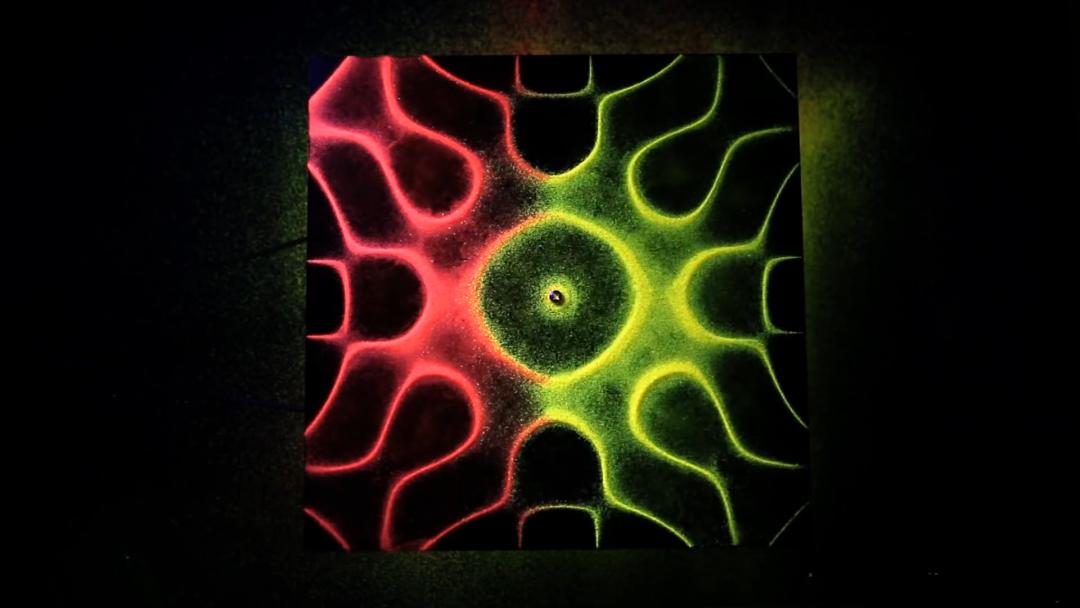 想知道声音的形状吗?用一盘沙来见识下著名的克拉尼图形