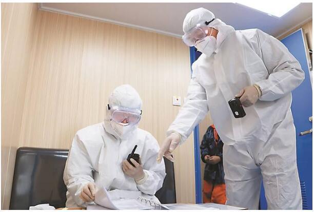 泰州出入境边防检查站民警正在执行新造外籍船舶出口边防检查任务