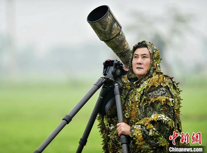 """四川雅安57岁""""拍鸟侠""""奔走世界各地:5年间拍摄数千种鸟类"""