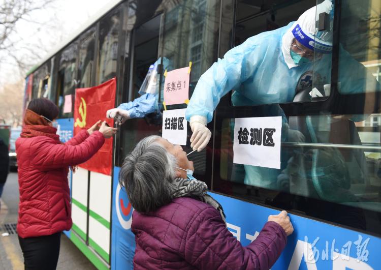 河北石家庄:抗疫公交车方便居民采样