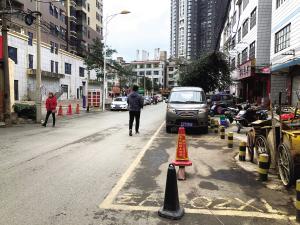 业主在昙景巷占道画框写号安锁停车