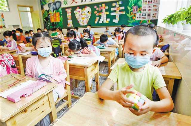 """重庆市民、人大代表、职能部门负责人讨论如何催生更多""""身边的好学校"""""""