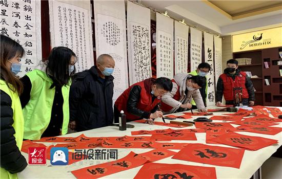 山东水利技师学院:志愿者进社区 送福字迎新春