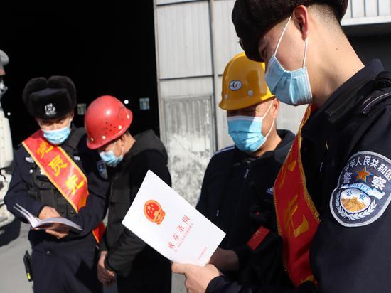 新疆哈密:淖毛湖边境派出所开展普法宣传