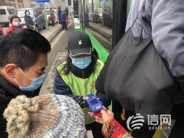 李村大集腊月门人流攒动 公交志愿者车外检票提高效率