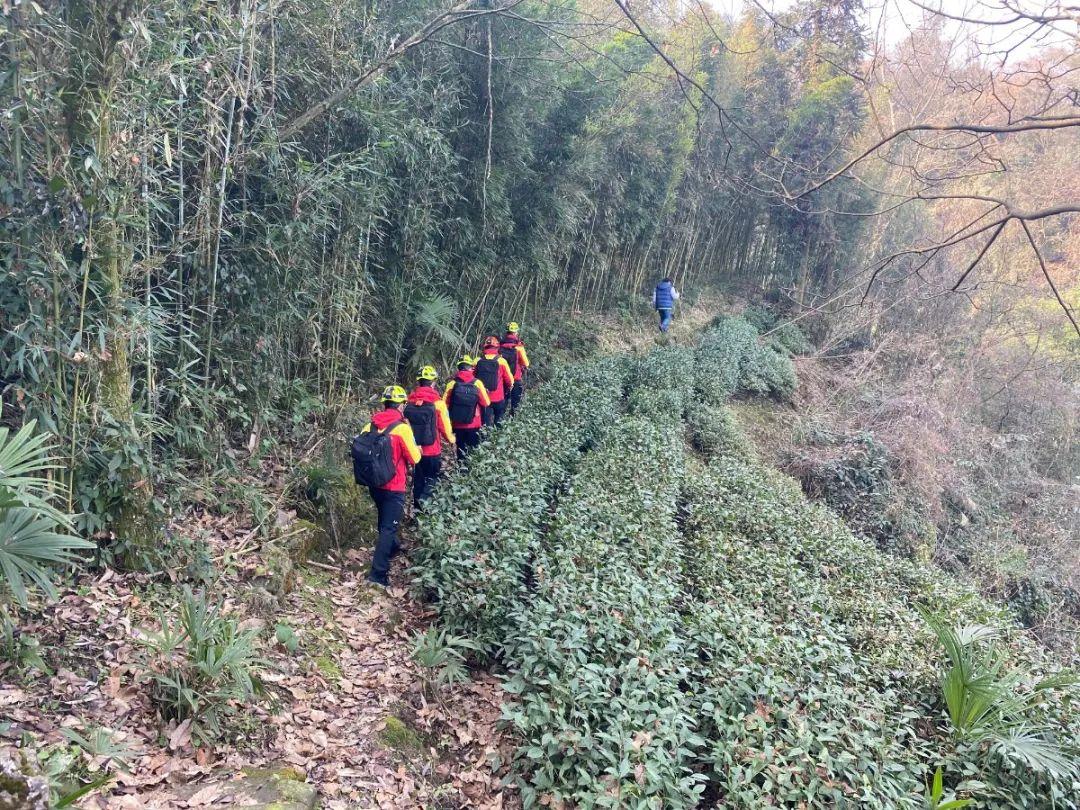 外地驴友擅闯峨眉山未开发区域被困,消防员徒步搜救26小时!