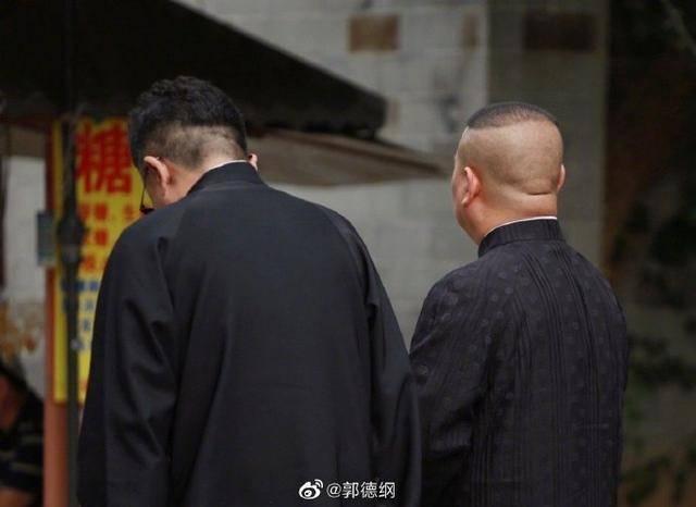 为52岁于谦庆生,郭德纲改诗文晒两人背影