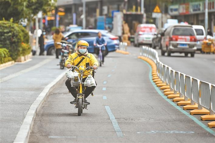 """路中""""小蓝道"""",把路权还给骑行者 全市已有17.3公里路段完成非机动车道改造"""