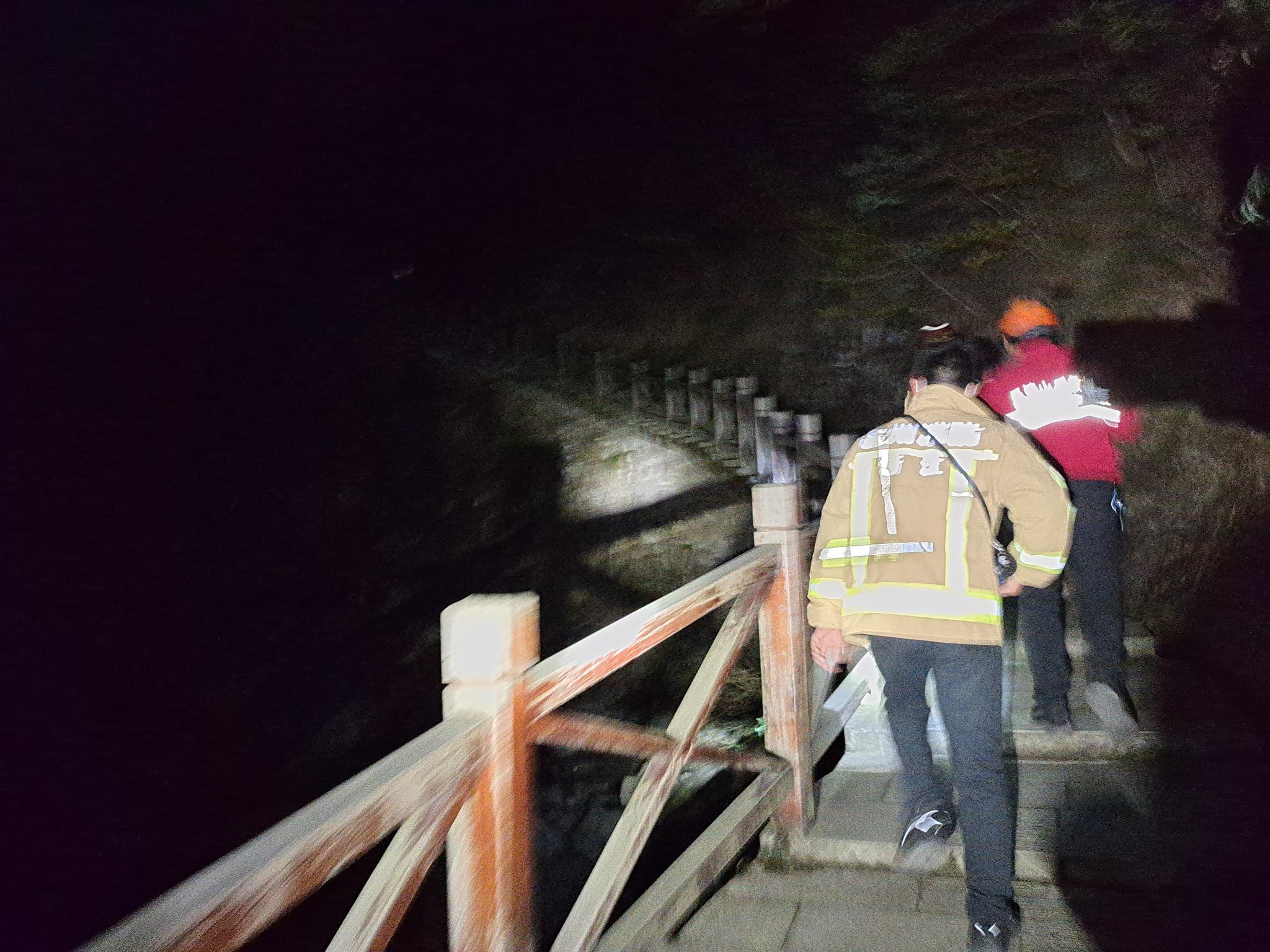 17名驴友被困深山 消防紧急救援