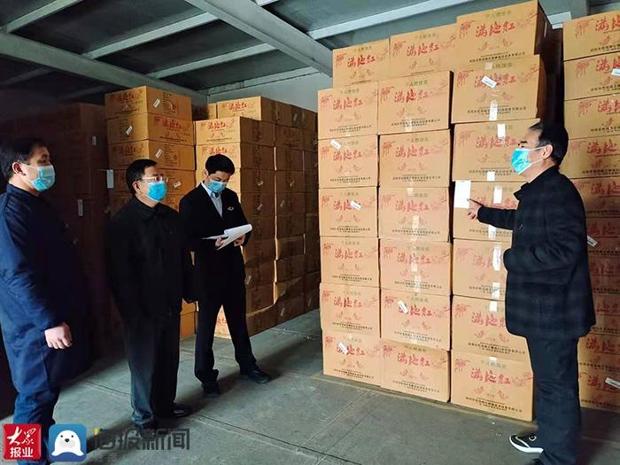 泰安市应急管理局执法人员检查肥城烟花爆竹存放和零售情况