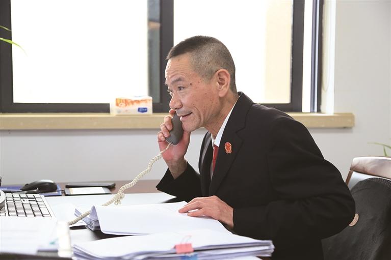 苍南县人民法院民一庭审判员黄步雄 手握法槌站好最后一班岗