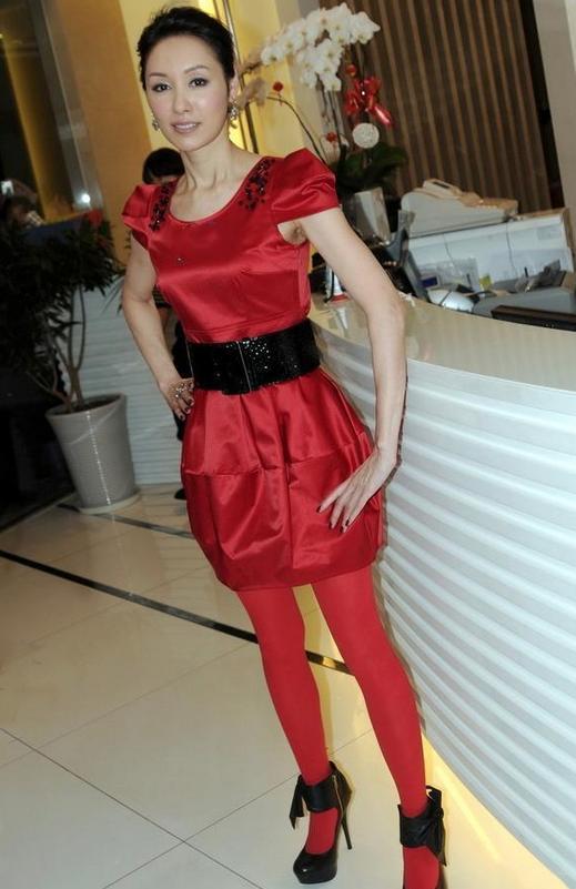 郭可盈的时尚你懂吗?穿红裙配双红丝袜,也就她这腿能穿出美感