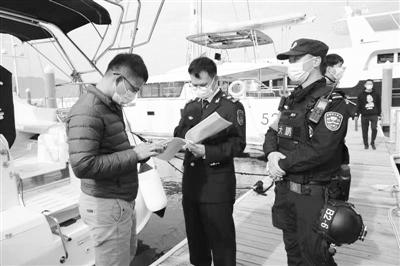 深圳大亚湾海事局执法人员对辖区游艇从业人员资格证书进行核查