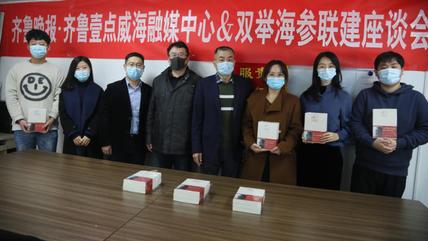 因公益结缘,李双举向齐鲁晚报记者赠送20套书籍
