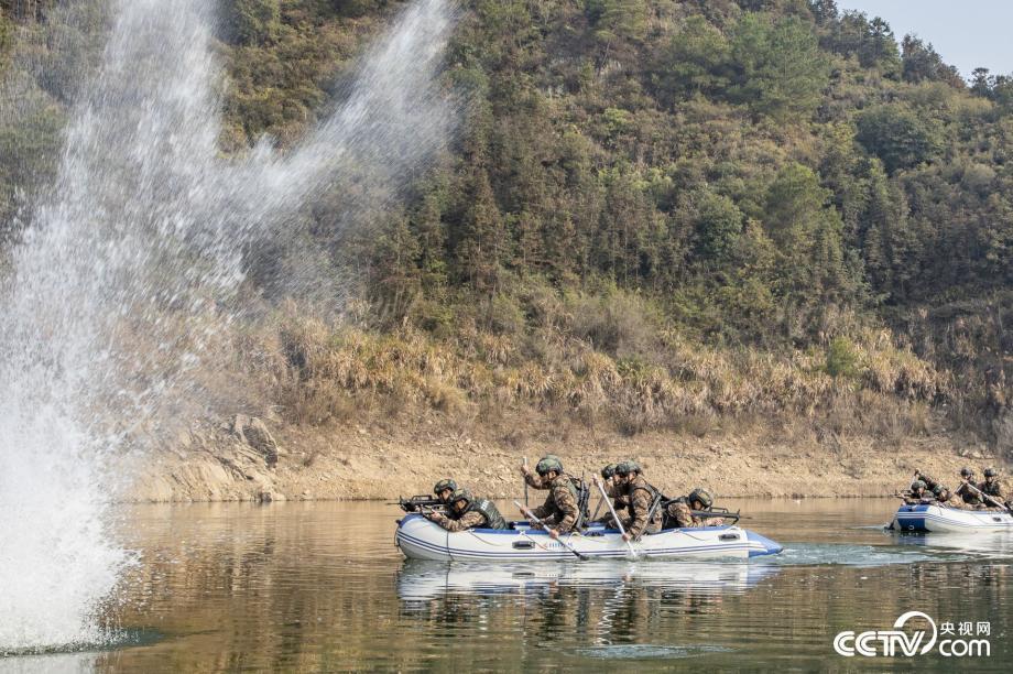 广西贺州:武警特战队员野外极限训练锤炼实战能力