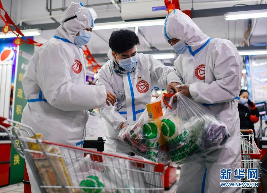 """吉林通化志愿者杜思成:我是你的""""腿"""",代你购物、为你跑腿"""