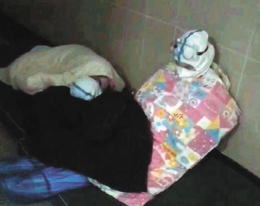她们穿防护服睡着的样子真美