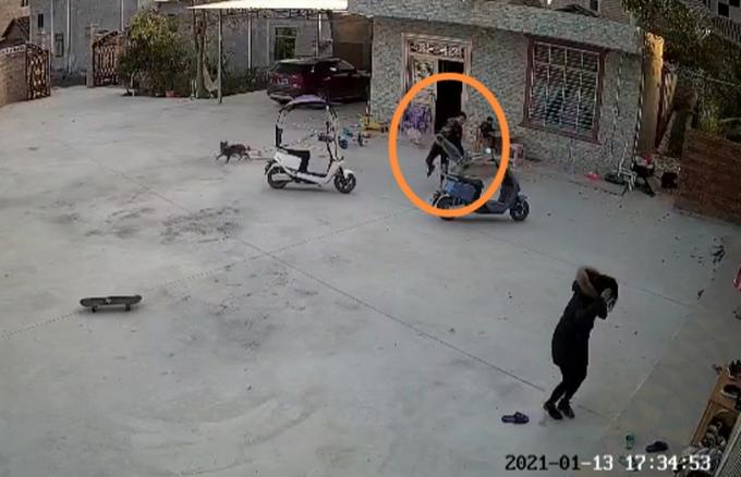 他不顾孩子阻拦,抄起滑板车砸倒女子,监控画面触目惊心