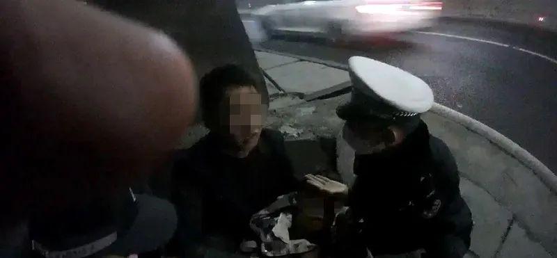 """男子因咳嗽怀疑自己""""新冠"""",高速路上冲动跳车!经检测:阴性"""