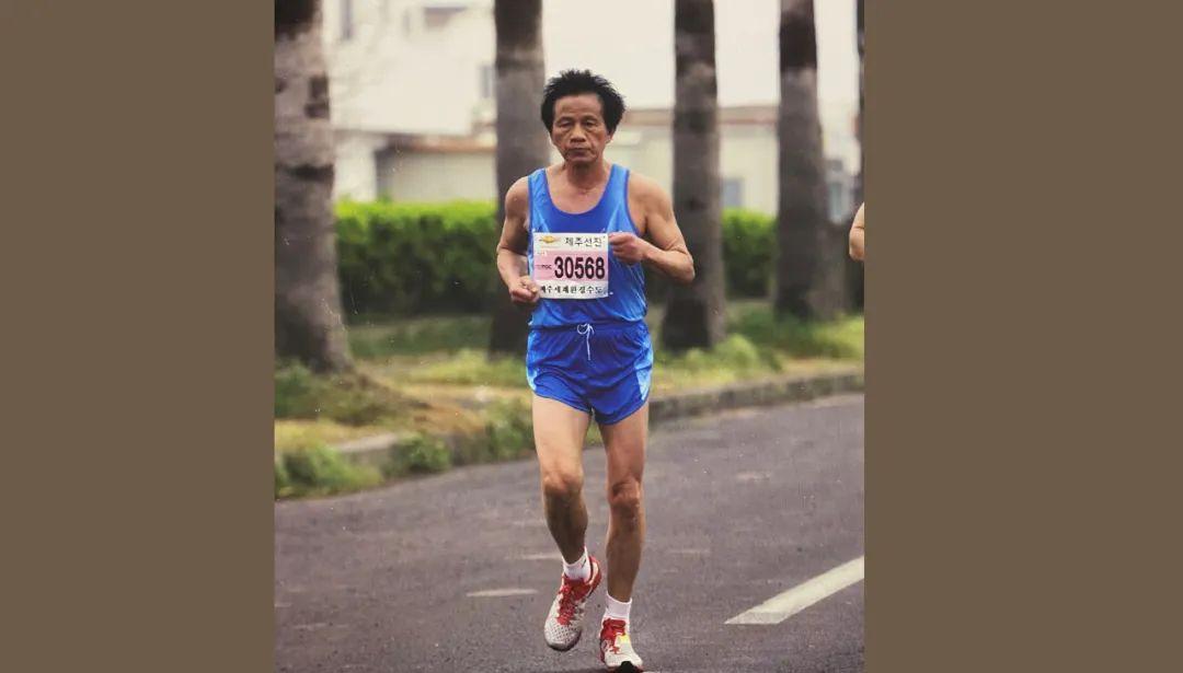 看上去不到60岁,海宁74岁爷爷跑了50多场马拉松,跑出国门...