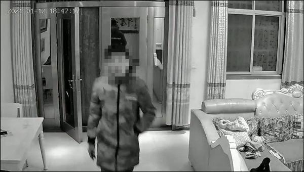 发抖音暴露家庭情况,疑犯连夜上门盗窃,谁料客厅摄像头拍下作案过程