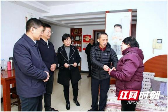 湖南省总工会领导赴湖南省肿瘤医院慰问困难职工