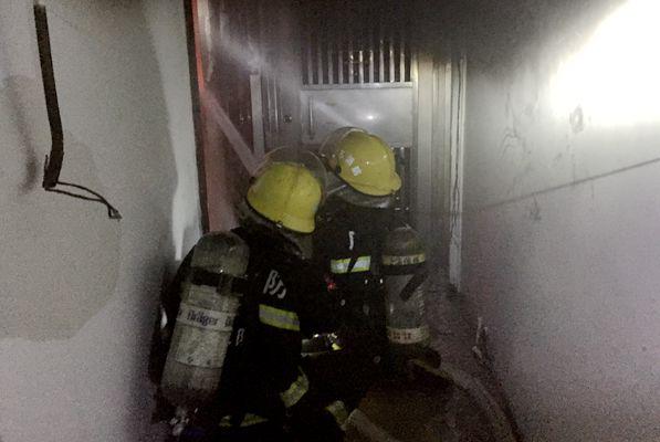 居民楼起火,消防员火速救援