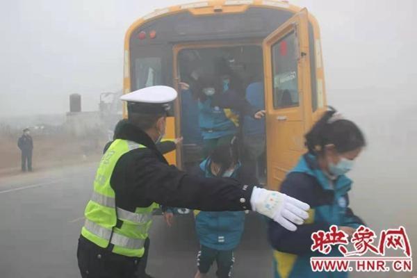 """省交警总队开展""""四位一体""""联动型校车交通事故应急处置演练"""