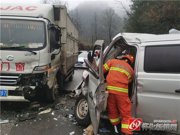 消防员8分钟救出车祸被困司机