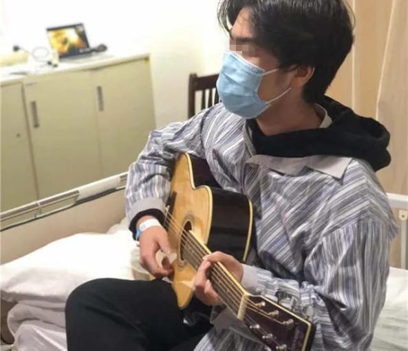 15岁上海少年独自住院突遇疫情,他弹起吉他温暖了整间病房