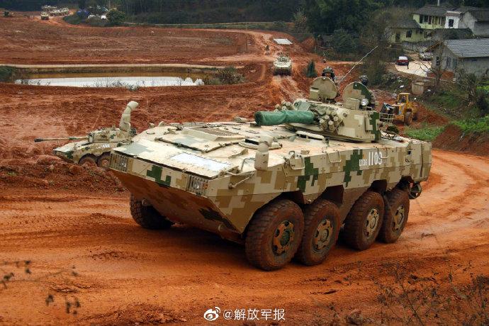 看铁甲战车在红土地上的奔流之美