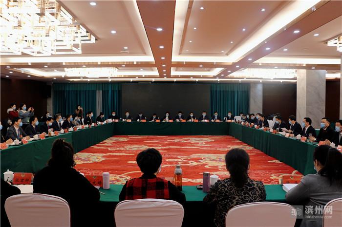 佘春明与政协委员一起讨论滨州市政府工作报告等