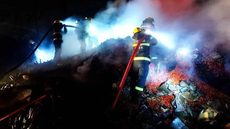 """30吨香料高速着火  消防员""""含泪""""扑救"""