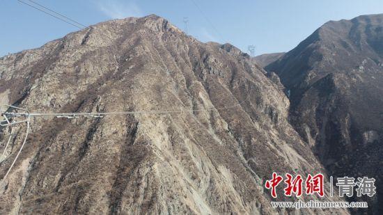 """青海:无人机助力 攻破输电线路人员巡视""""禁区"""""""