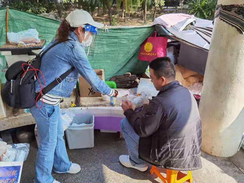 香港义工团体街头送暖露宿者