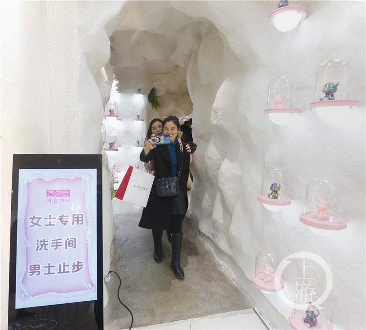 """重庆这个厕所有点""""异"""" !有人进去不为方便只为拍照"""