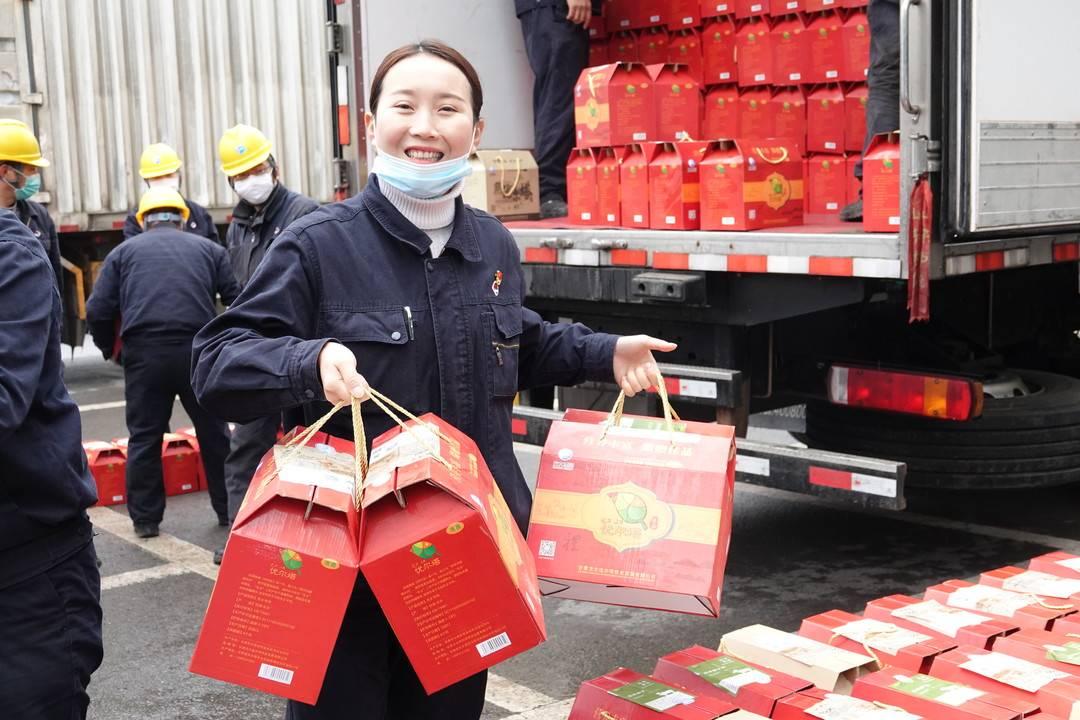 """5500余份礼包筑起""""幸福墙"""" 方大达州钢铁的福利又来了!"""