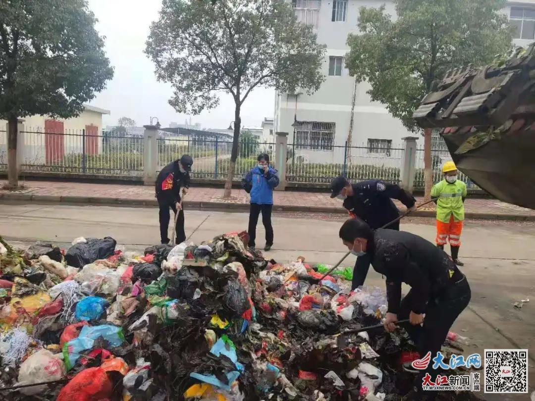 """万安县一男子账本丢失 民警在3吨垃圾""""小山""""中帮其找到(图)"""
