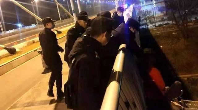 年轻男子爬上桂林南洲大桥栏杆哭泣