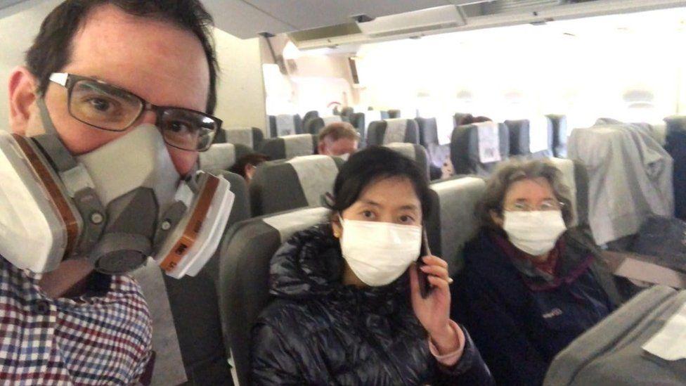 馬特和妻子、母親在回英包機上 (圖源:BBC)