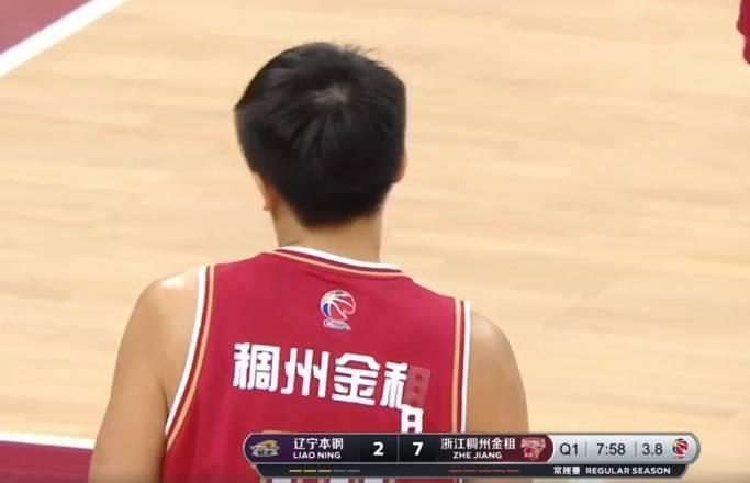 刘泽一球衣背后印字在拼抢中被撕掉