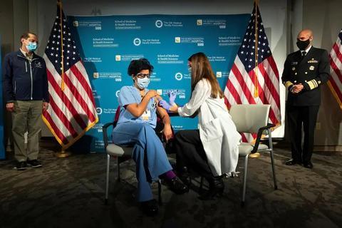 美国会议员先于老人获疫苗接种特权 美媒:这公平吗