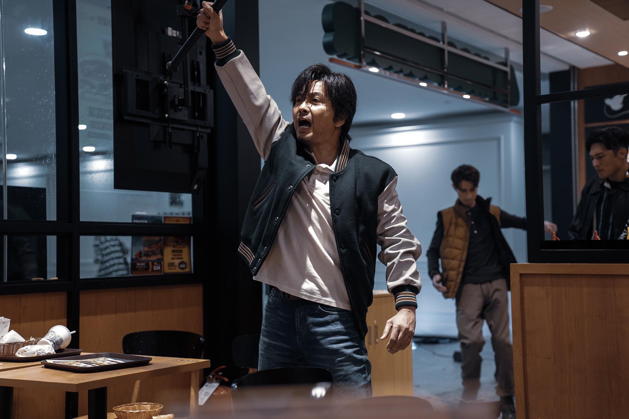 """《拆弹专家2》票房破8亿 谢君豪白发造型""""帅炸"""""""