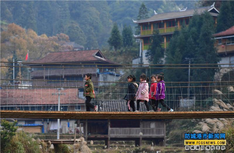 小朋友们在参观新建成的铁索桥