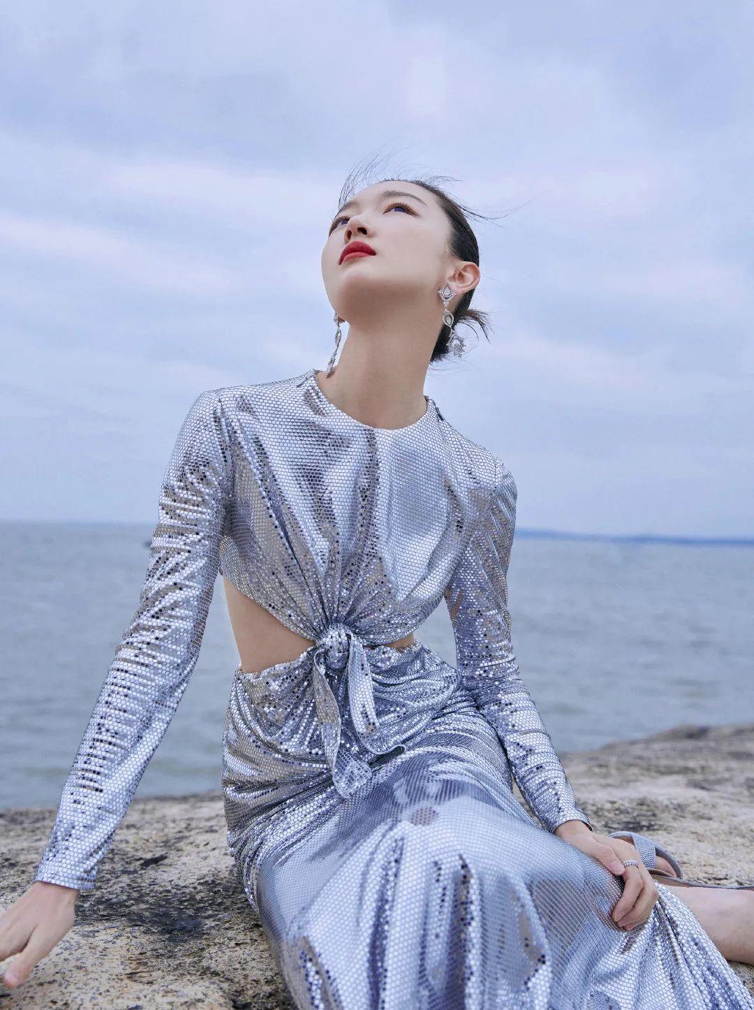 若你正需要华丽战袍大放异彩 不妨考虑金属质感服饰